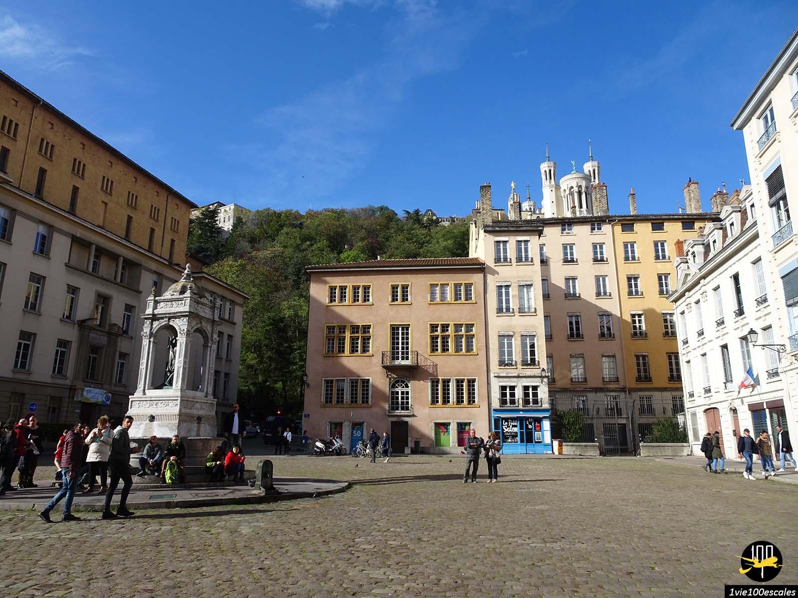 L'architecture colorée du vieux lyon avec la basilique en fond