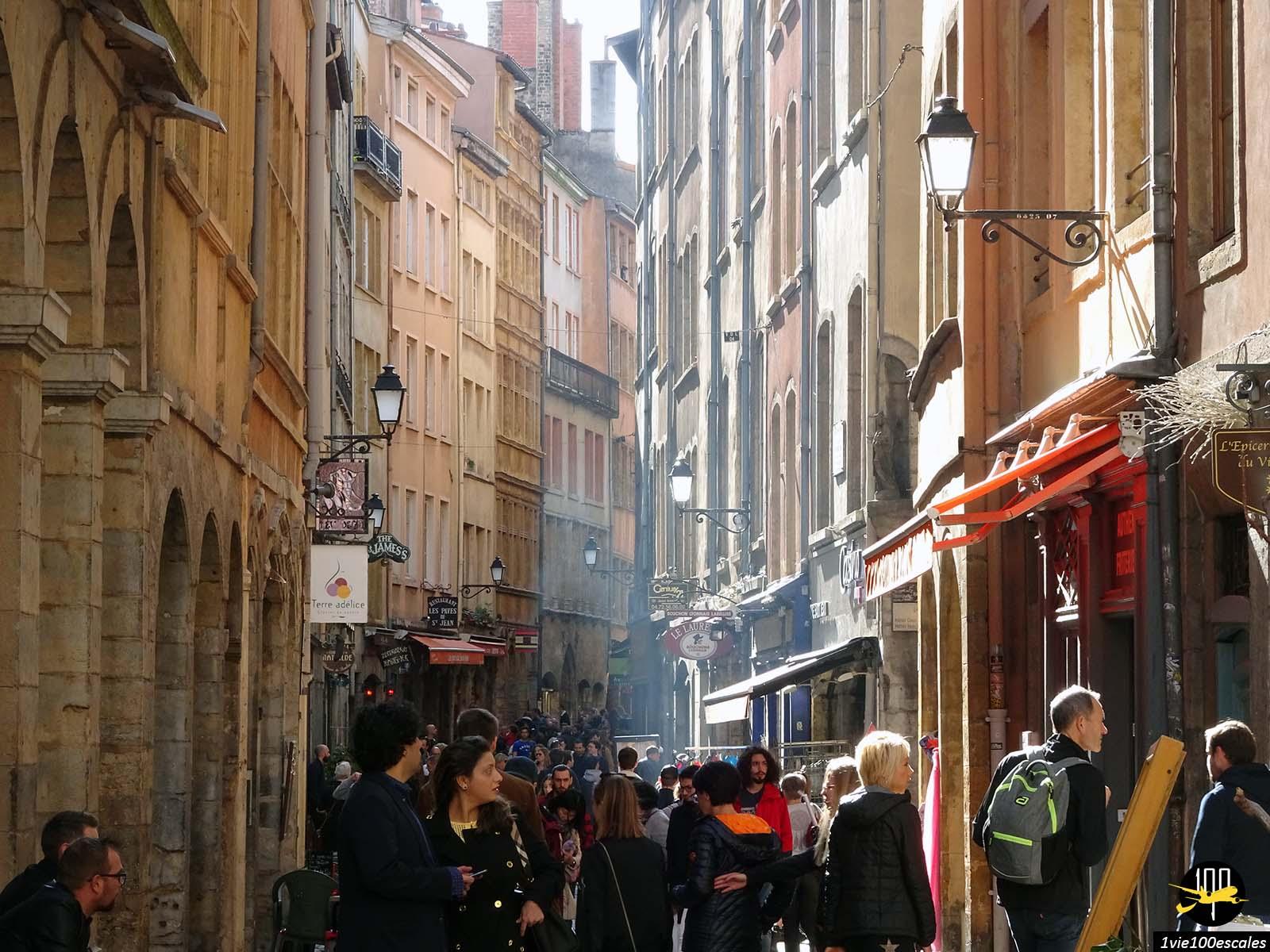 Une rue typique du vieux lyon avec les bouchons et nombreux touristes