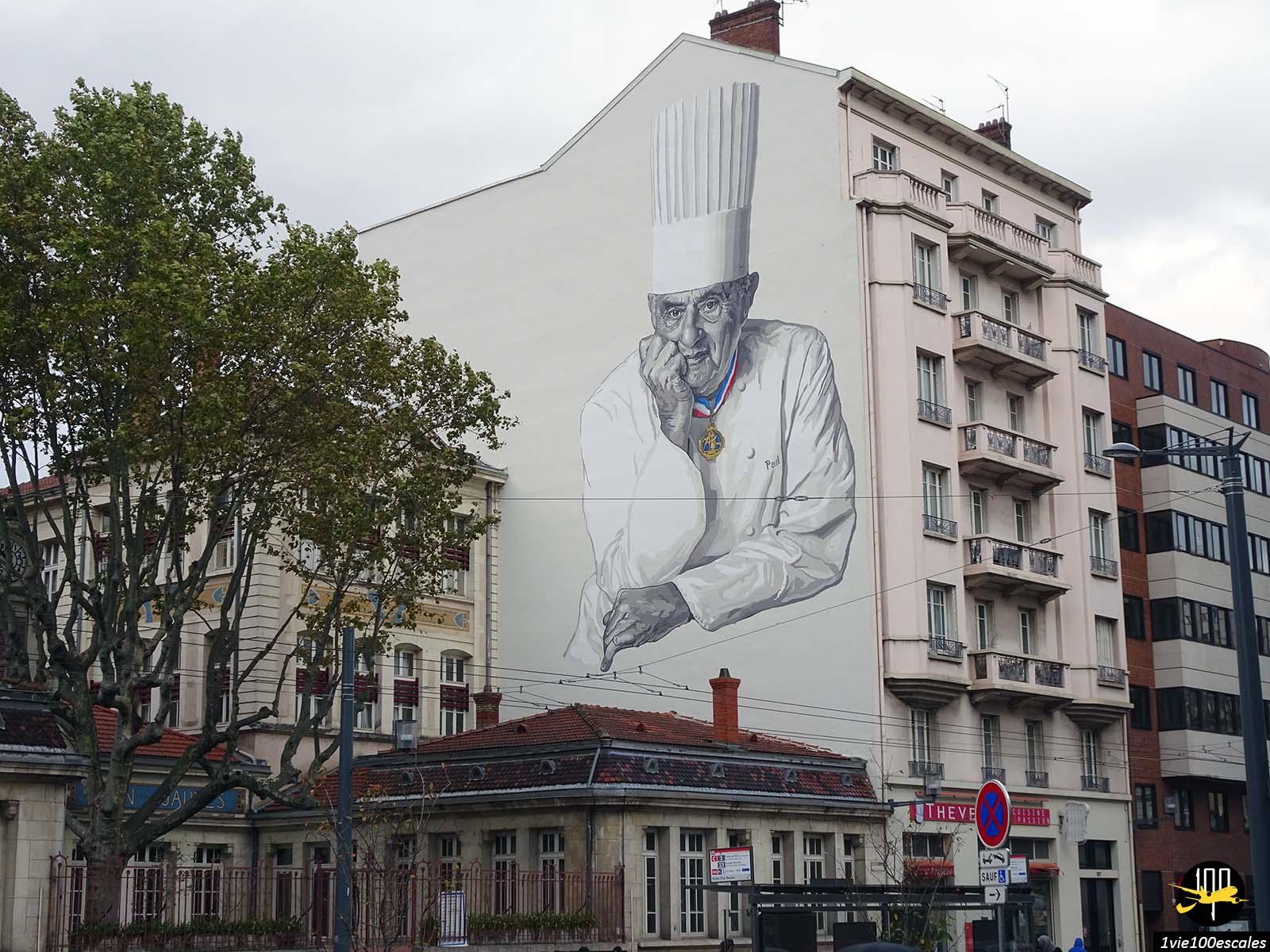 Un homme peint sur un mur de Lyon pour le chef de cuisine Paul Bocuse