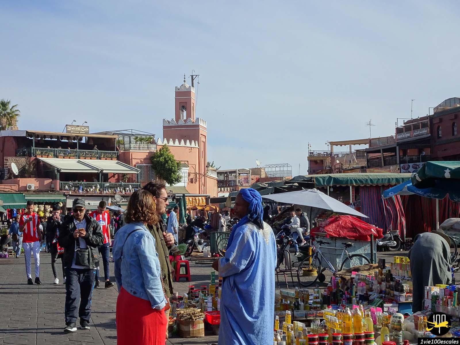 La célèbre Place Jemaa el-Fna de Marrakech avec ses vendeurs et charmeurs de serpents