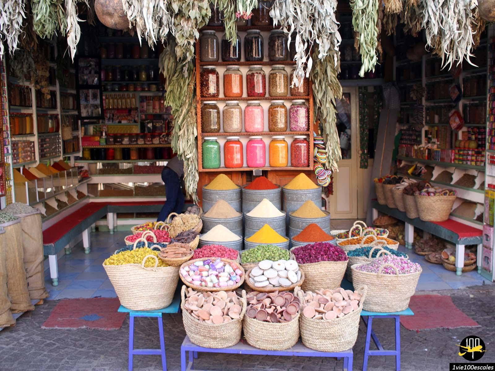 La place des épices de Marrakech avec ses vendeurs et produits colorés