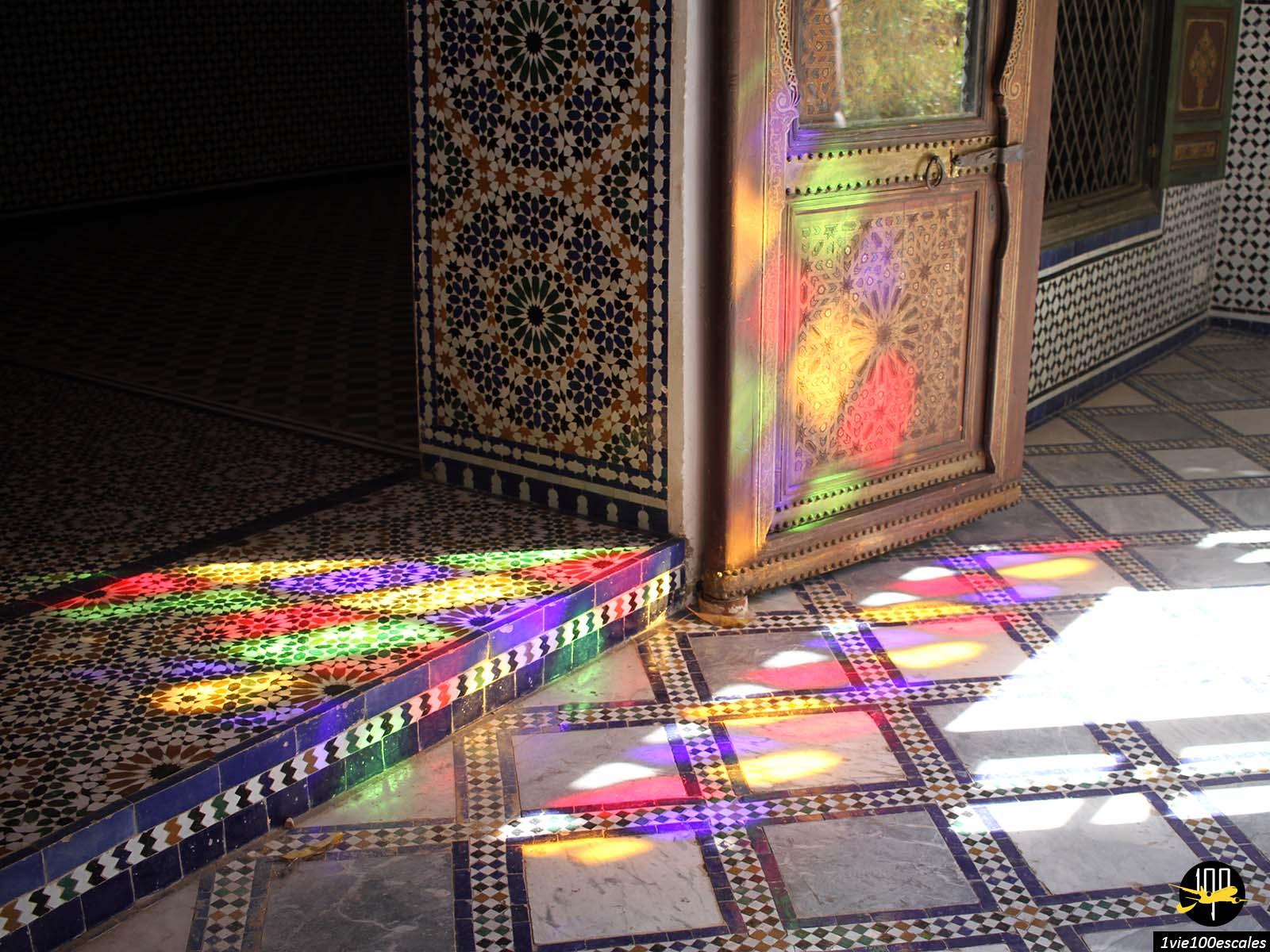Les reflets colorés des vitraux du palais bahia à Marrakech