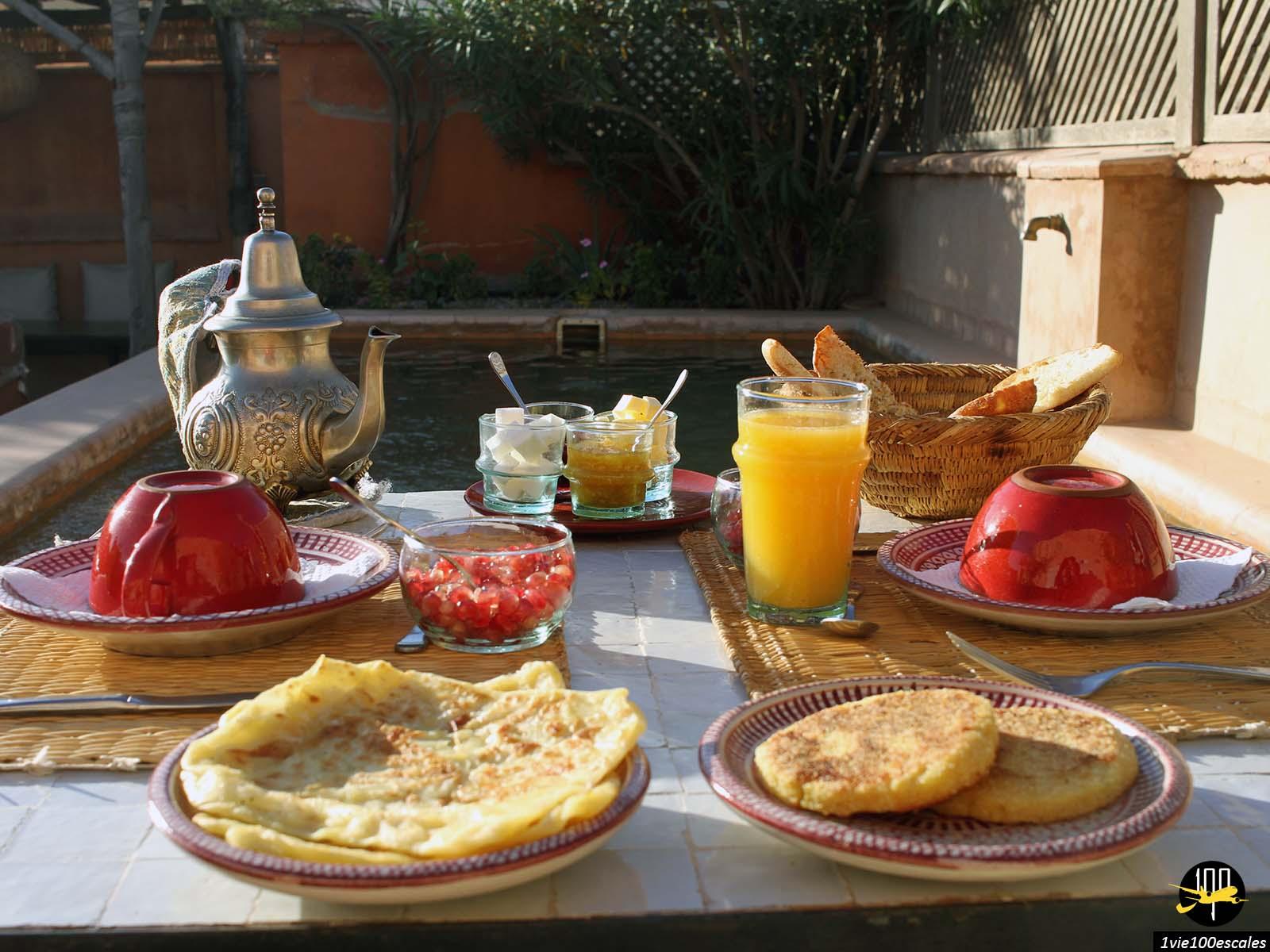 Petit déjeuner sur le toit du riad Dar Akal à Marrakech