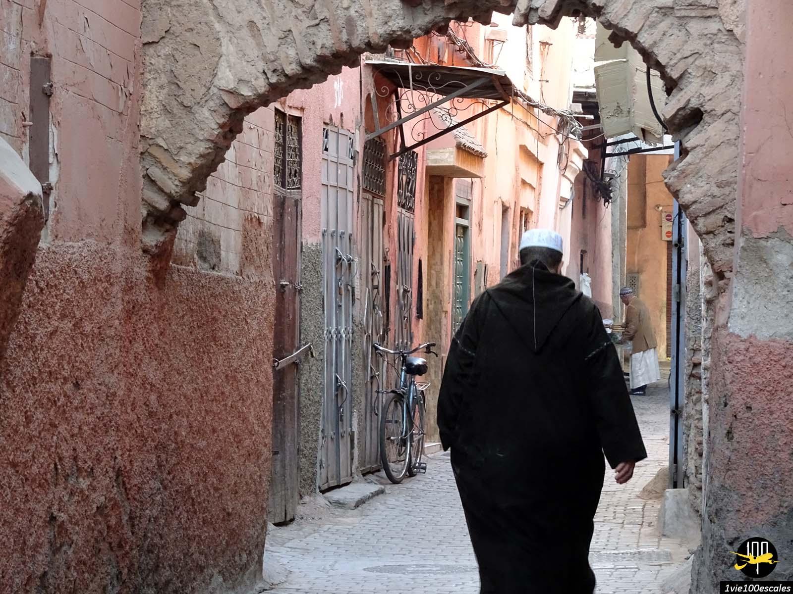 Tenue traditionnelle dans les ruelles de Marrakech