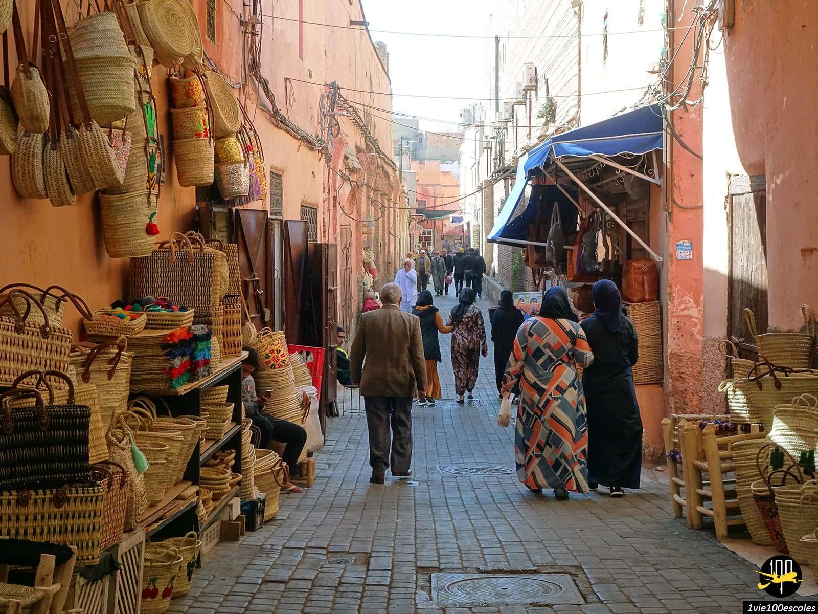 Un vendeur de panier dans le souk de Marrakech au Maroc