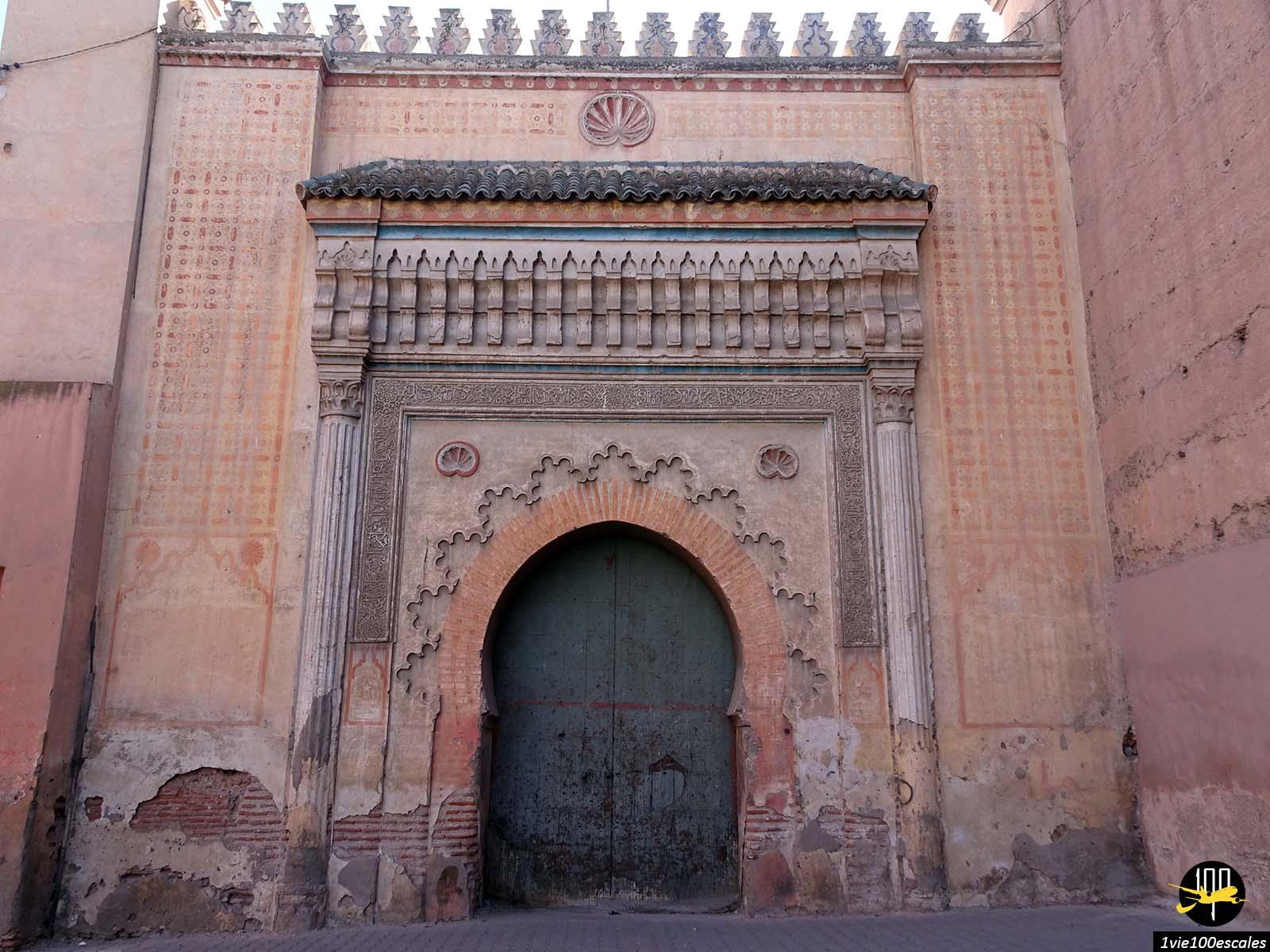 Une porte d'entrée d'un palais dans la médina de Marrakech