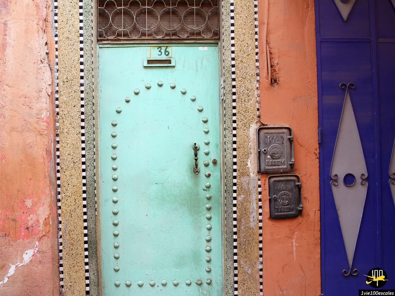 Les belles couleurs des portes dans les ruelles de Marrakech