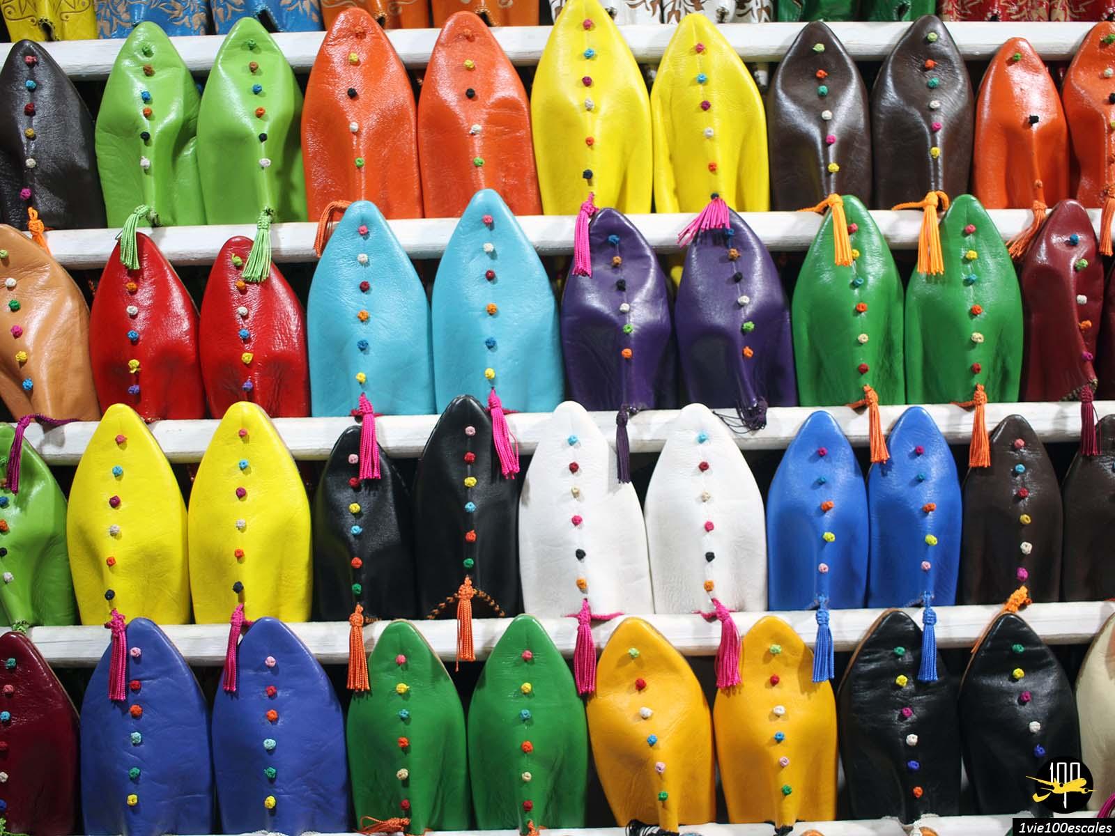 Les babouches de toutes les couleurs dans les souks de Marrakech
