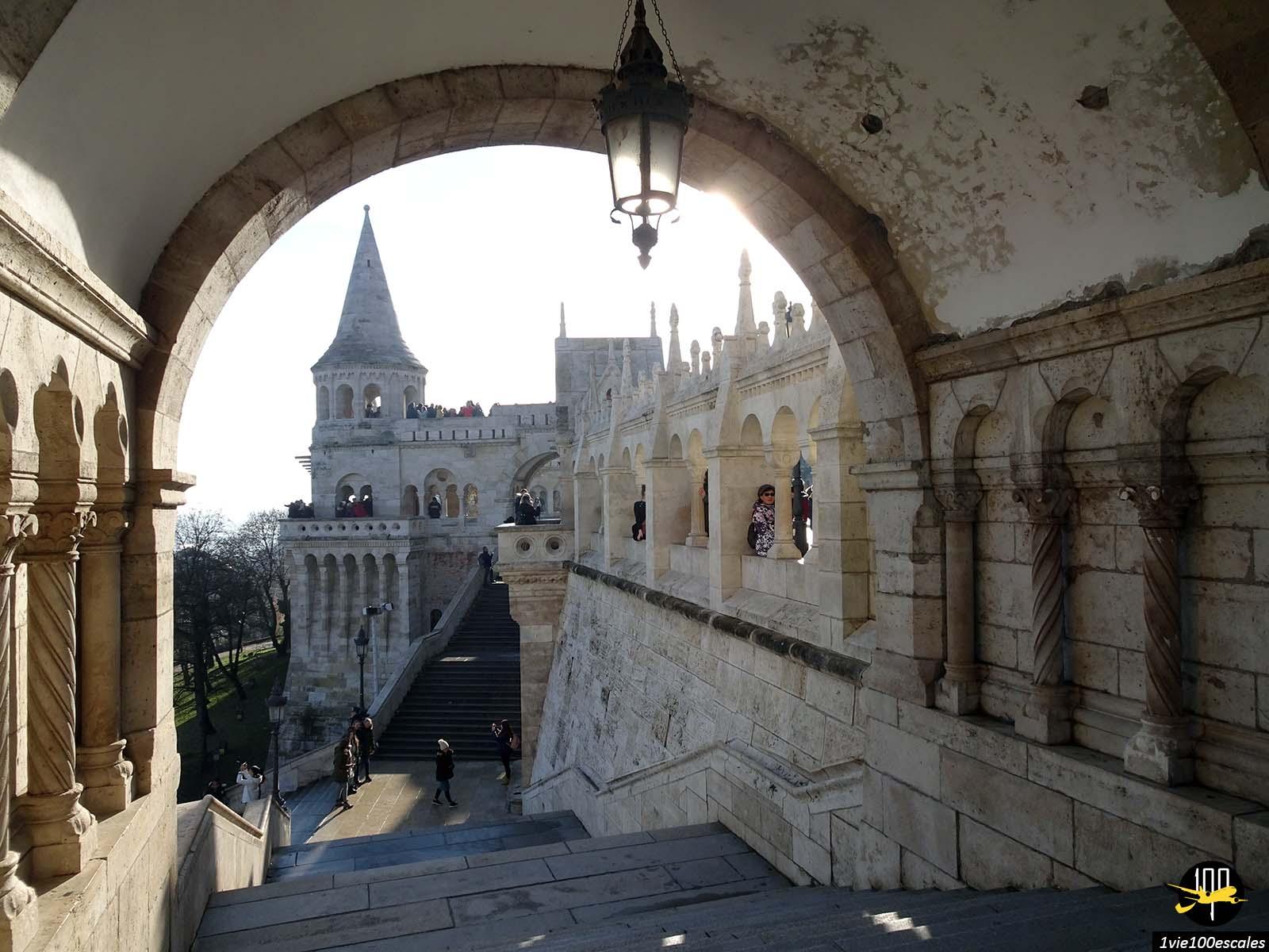 Sous les arcades du Bastion des pêcheurs de Budapest