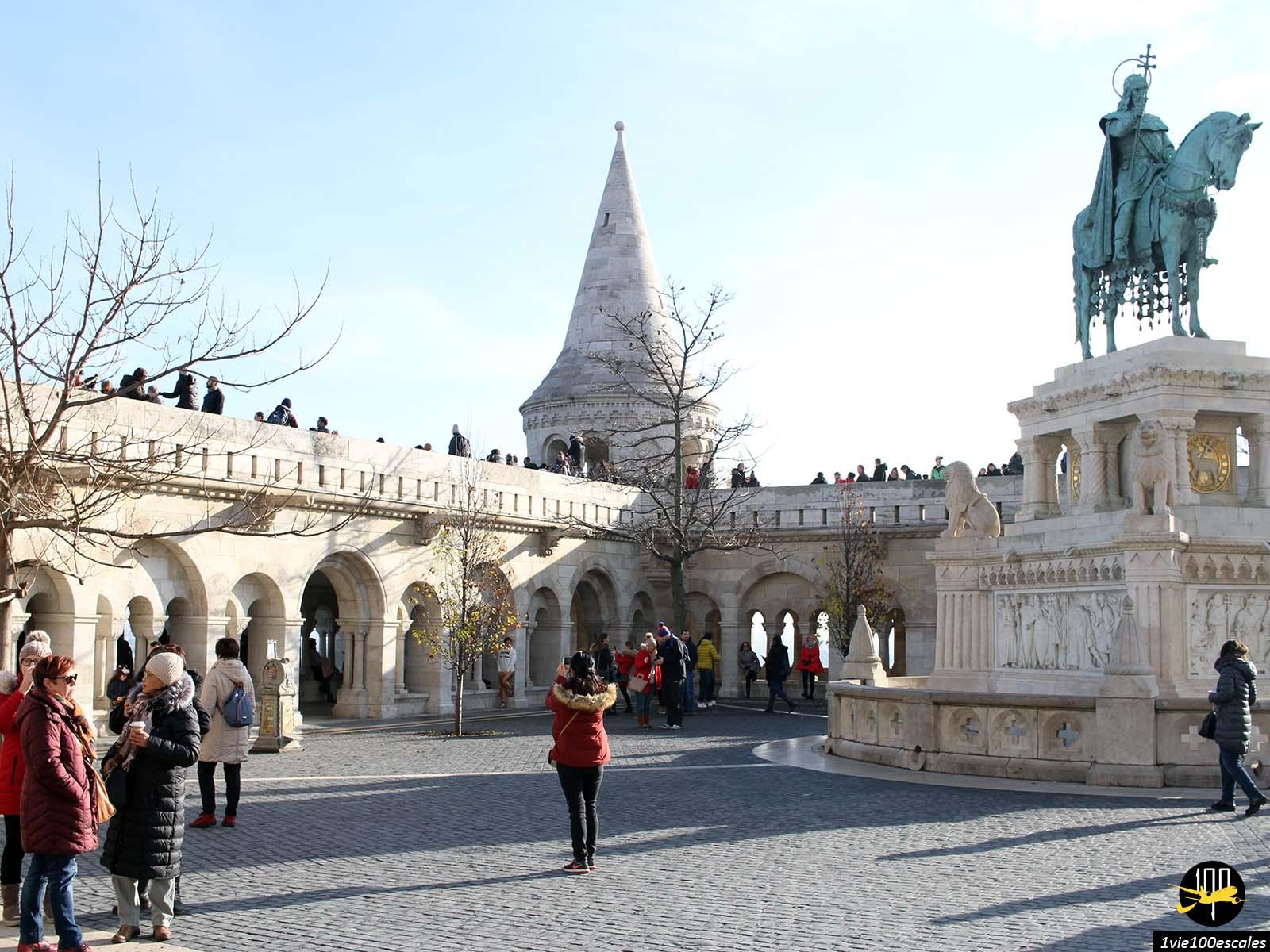 Le magnifique Bastion des pêcheurs de Budapest avec ses touristes