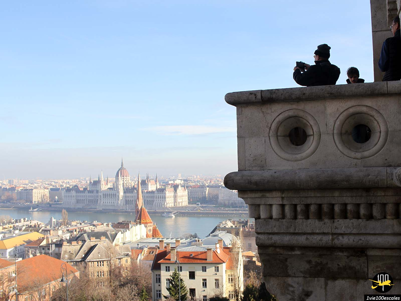 Le panorama sur le parlement de Budapest depuis le Bastion des pêcheurs