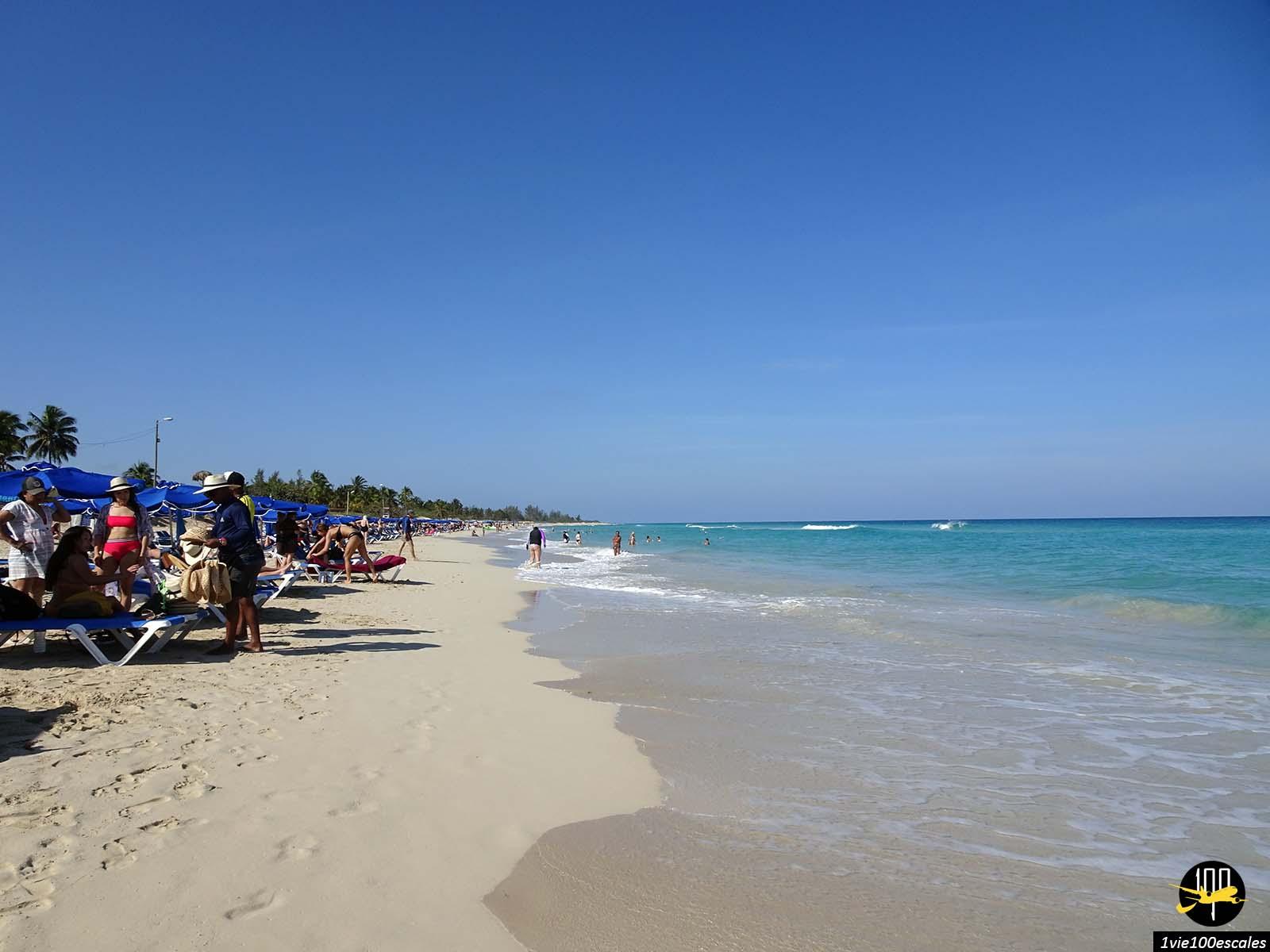 Un beach club louant transats et parasols sur les Playas del Este à Cuba