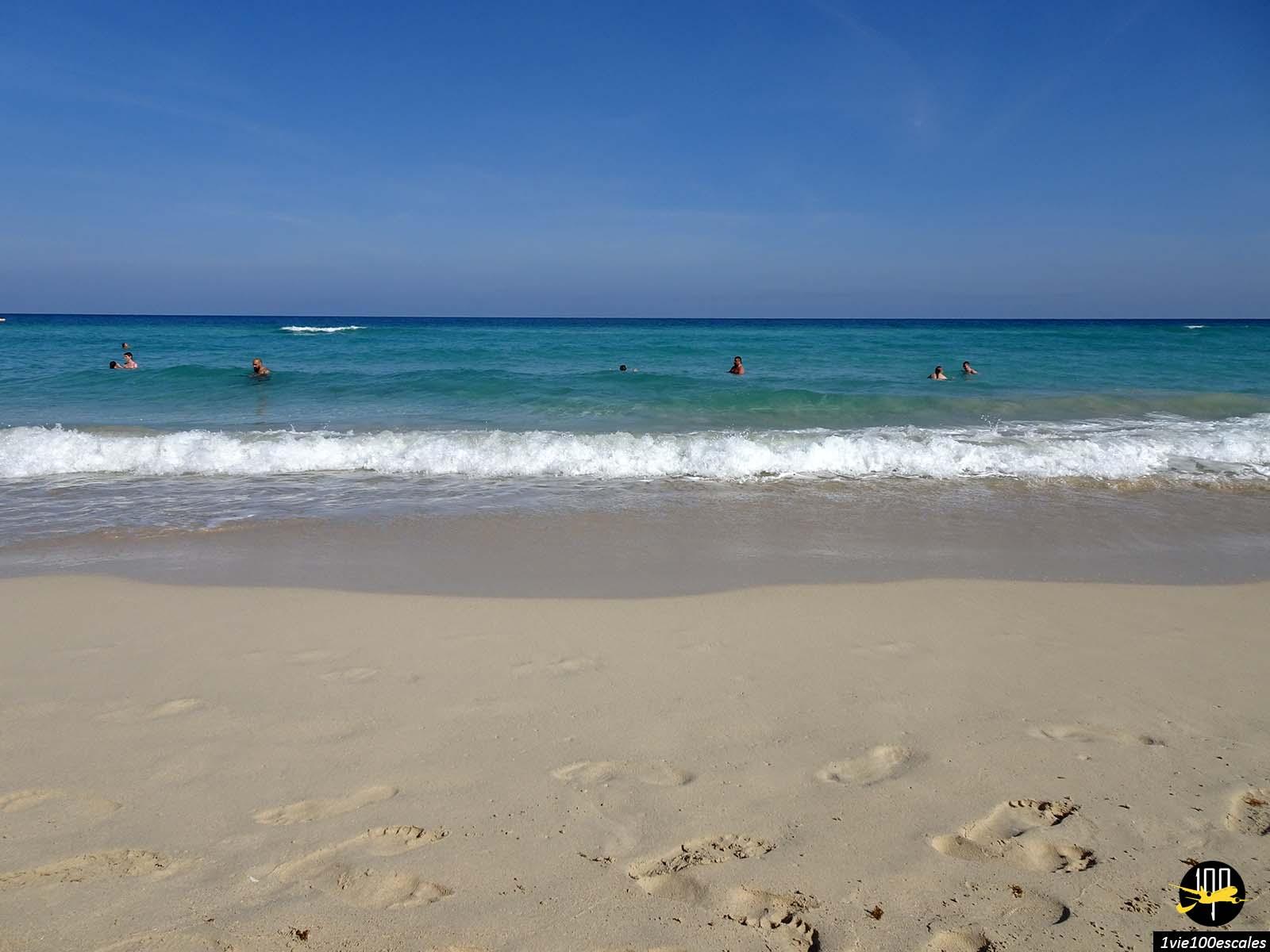 Bronzer sur les Playas del Este à Cuba