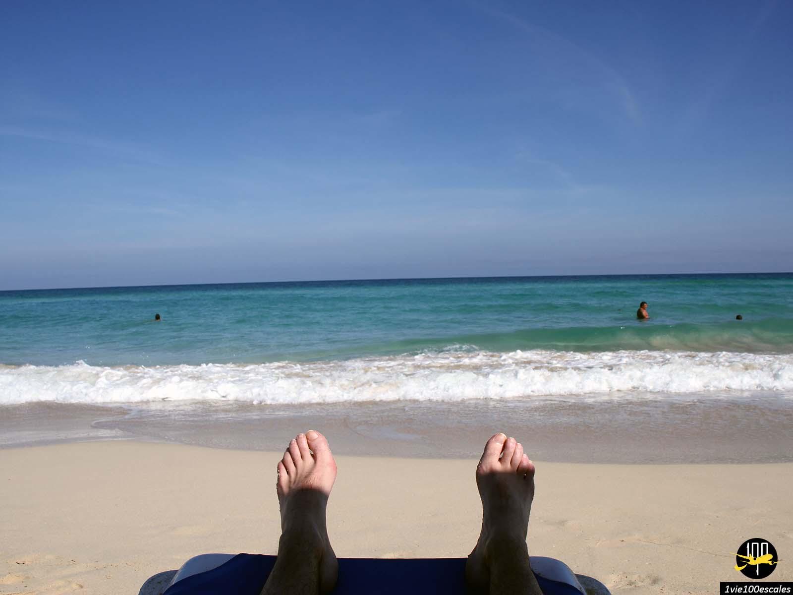 Les pieds en l'air sur un transat près de La Havane