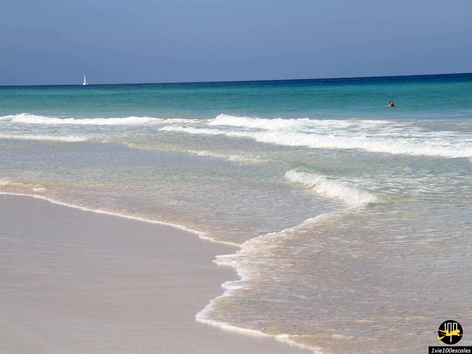 L'eau turquoise le long des Playas del Este près de La Havane à Cuba
