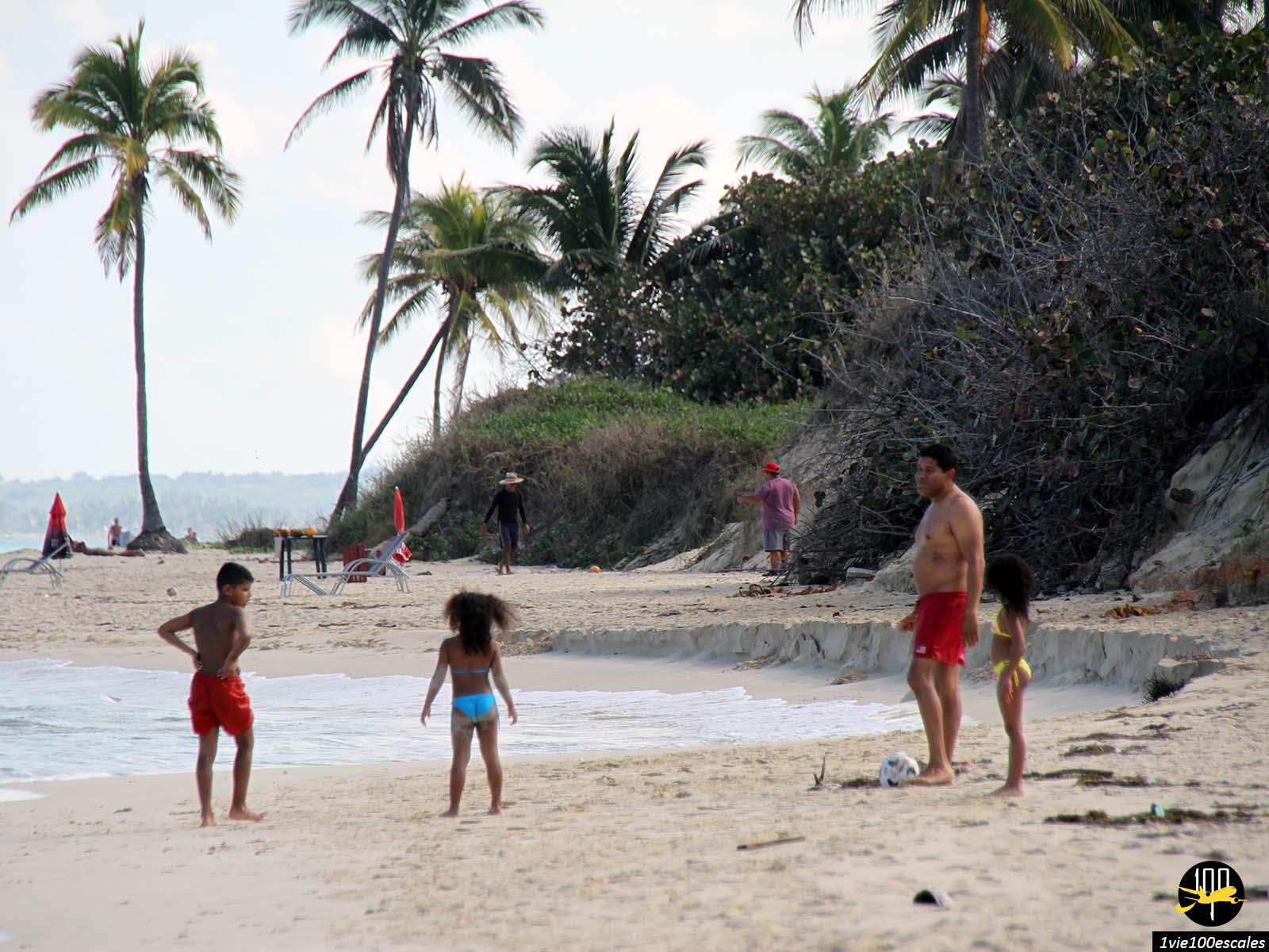 Des enfants jouant sur les Playas del Este à Cuba