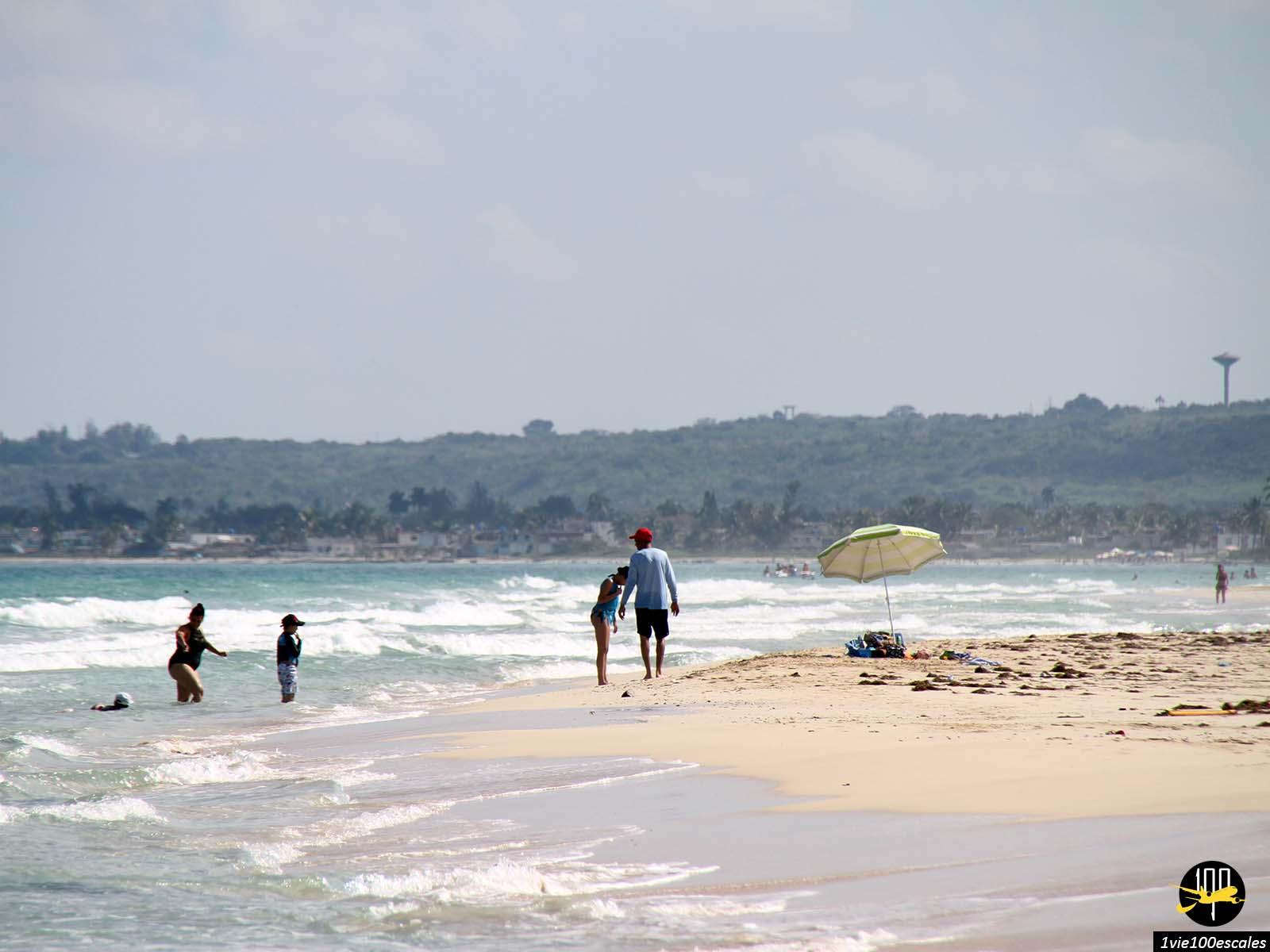 Les locaux se baignent aussi sur les Playas del Este à Cuba