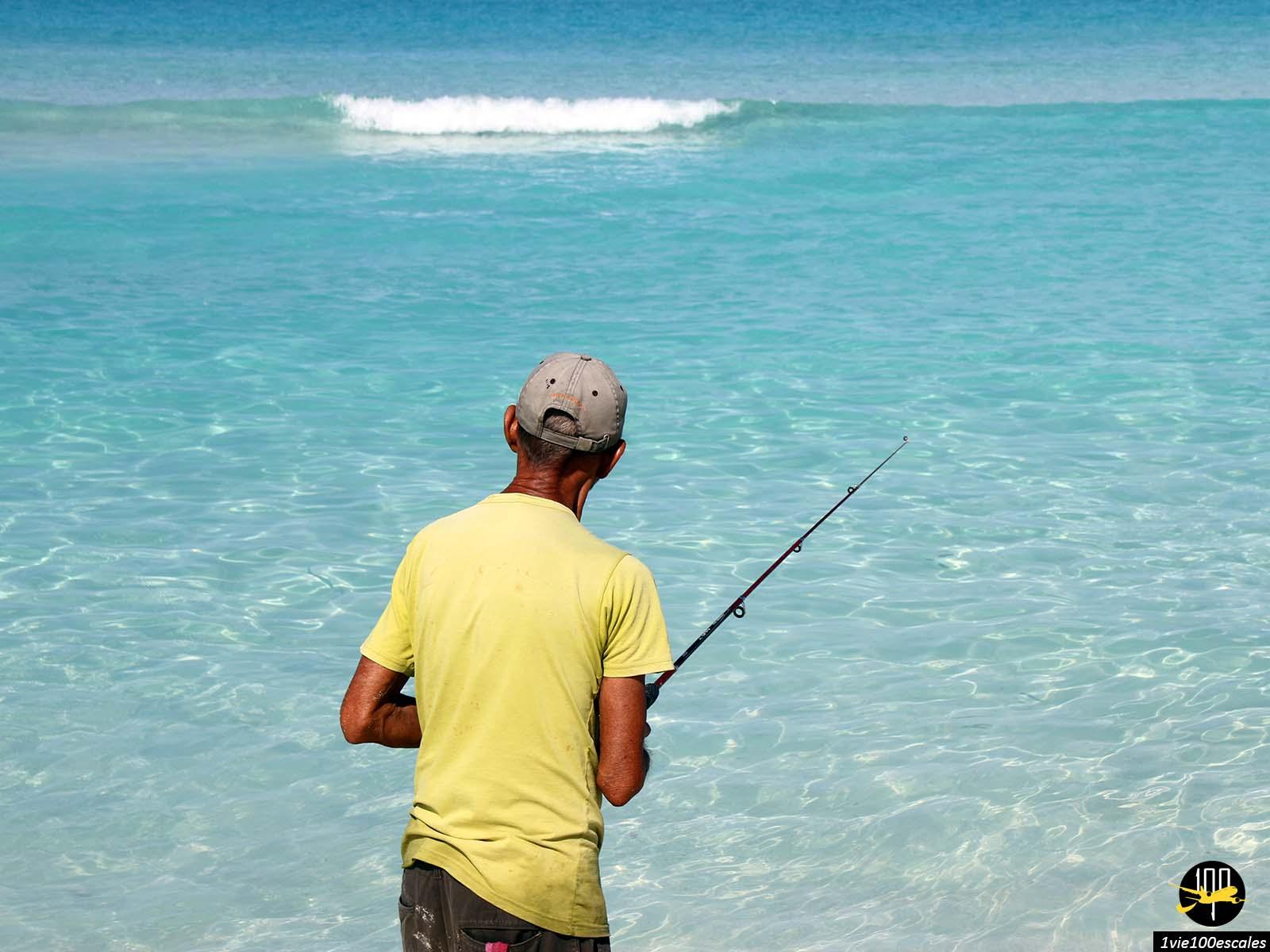 Un pêcheur sur la plage de Varadero à Cuba