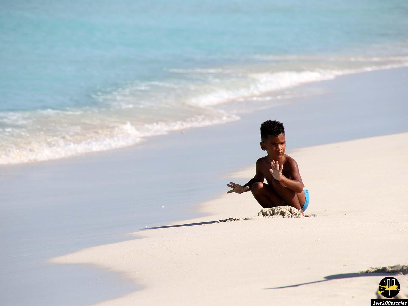 Un enfant jouant sur la plage de Varadero à Cuba