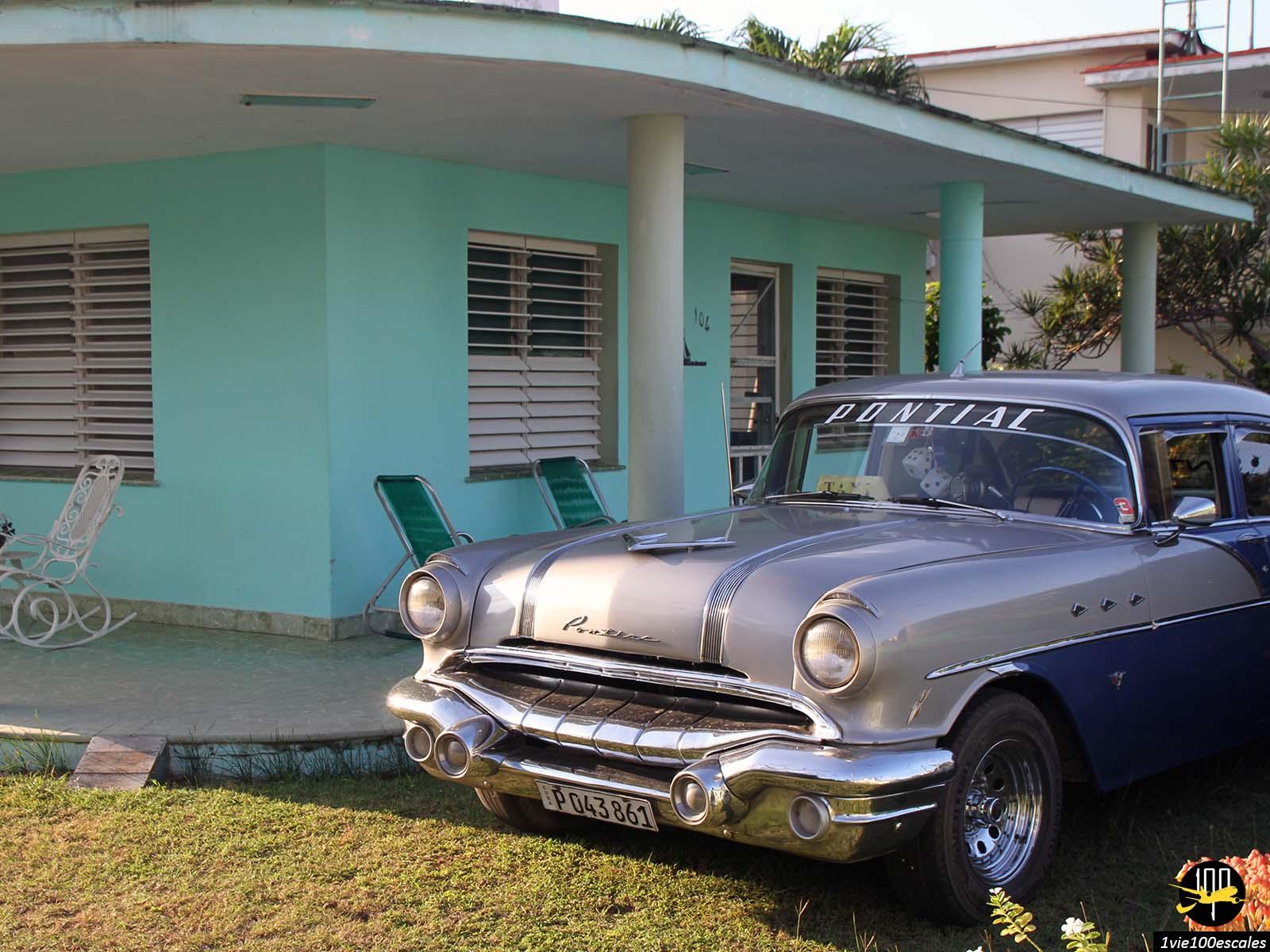 Vieille voiture américaine dans le village de Varadero à Cuba