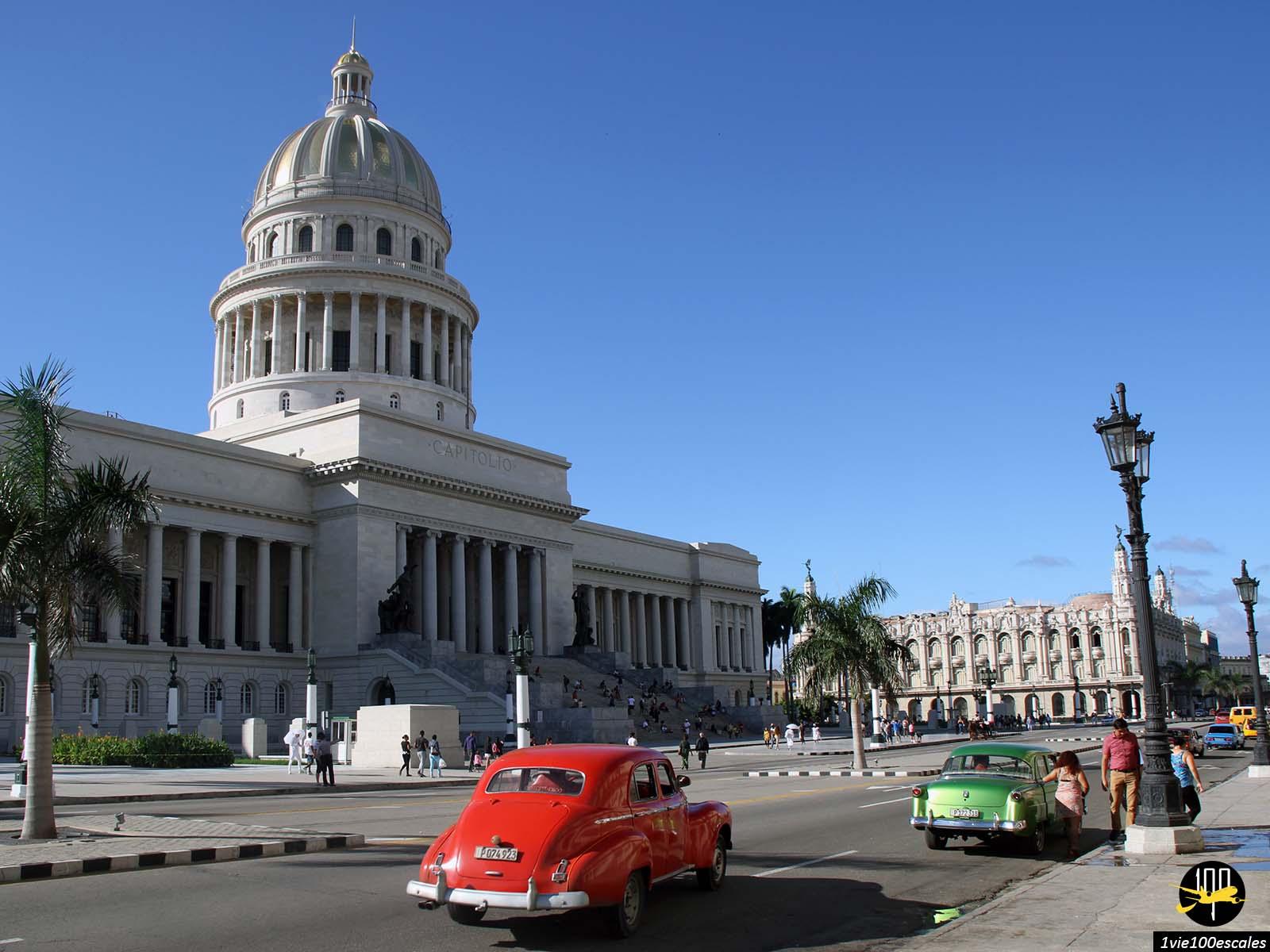 Le capitole de La Havane avec ses anciennes voitures colorées
