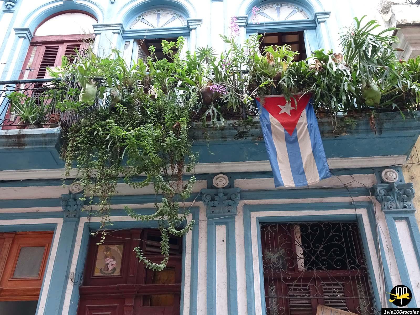 Le drapeau de Cuba dans la vieille ville de La Havane