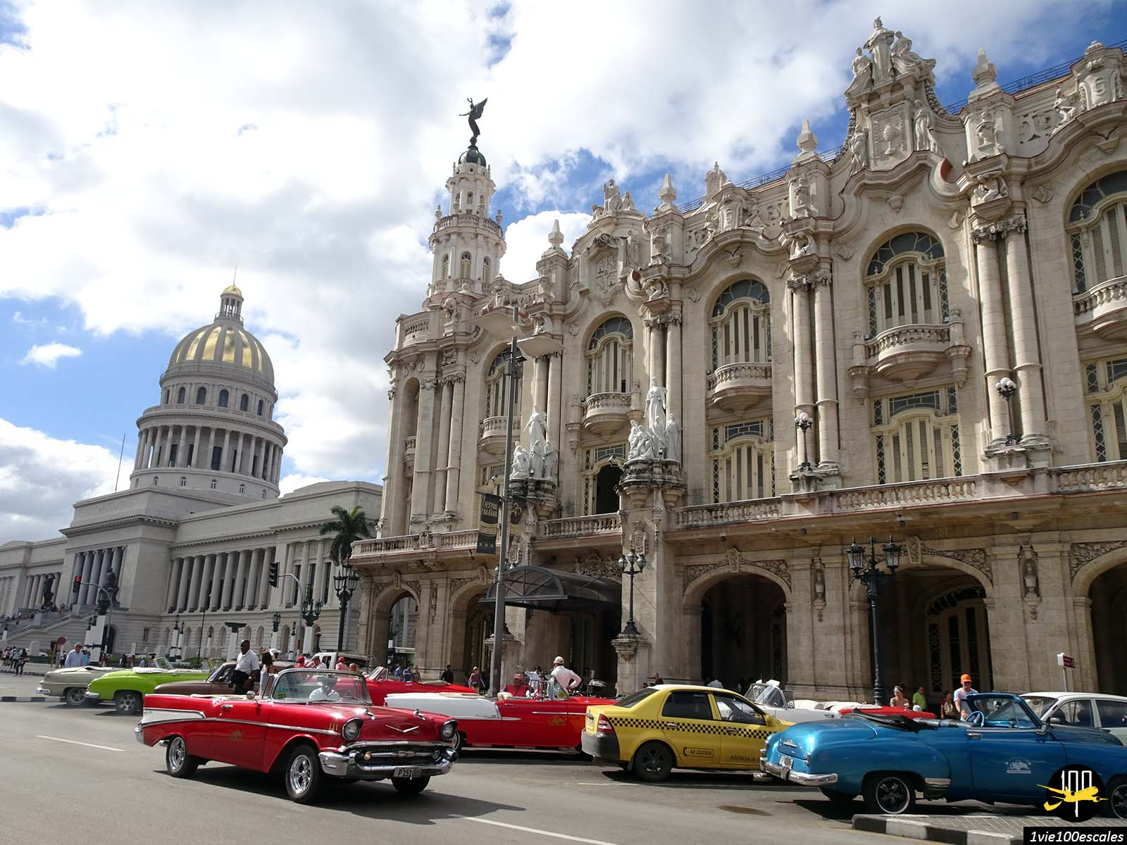 La carte postale de La Havane avec son capitole et ses anciennes voitures