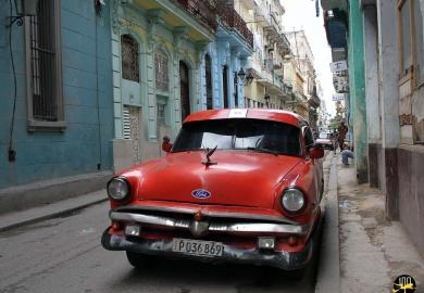 Une vieille voiture dans les ruelles de La Havane à Cuba