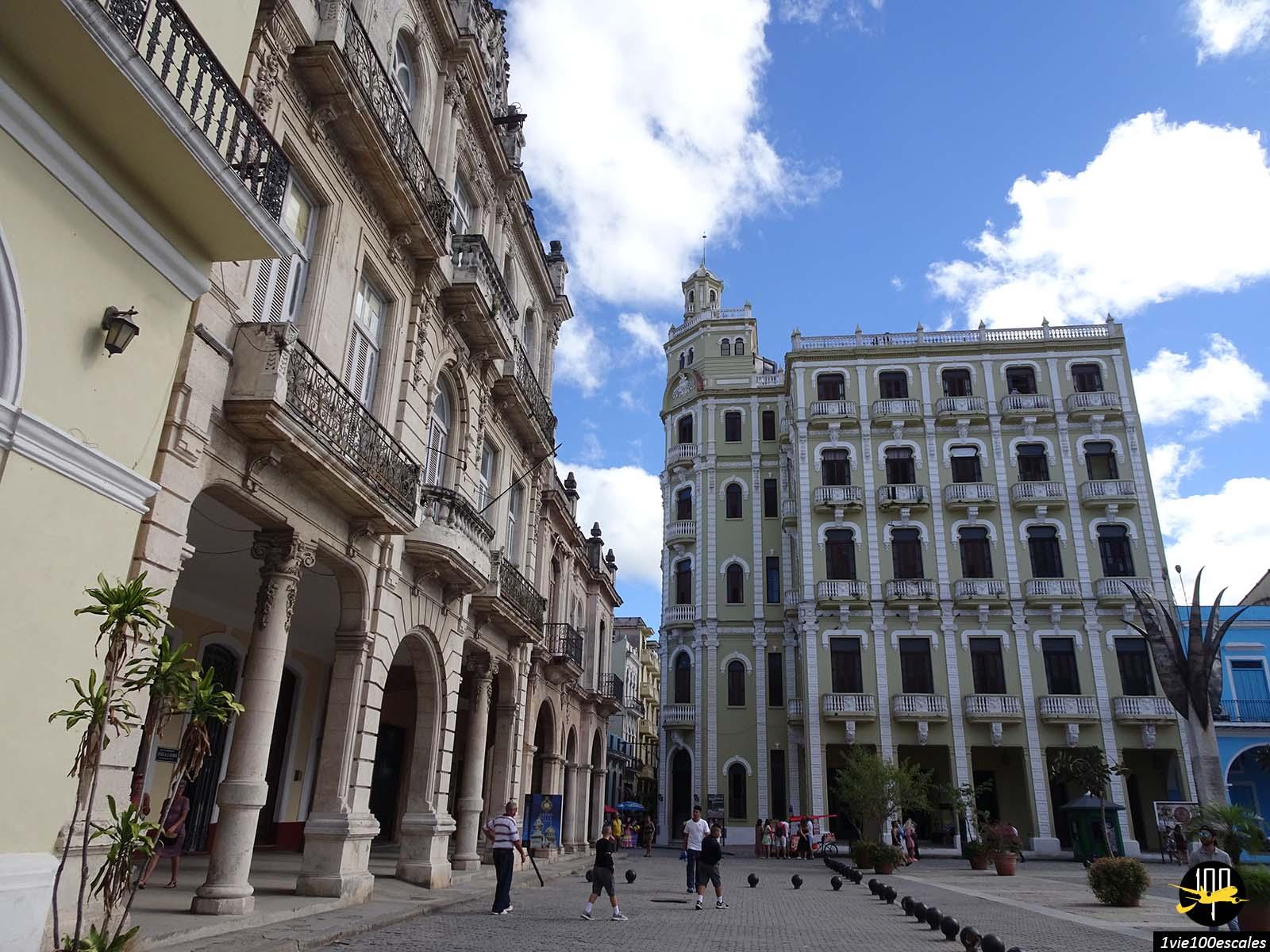 La Plaza Vieja de La Havane avec ses batiments colorés