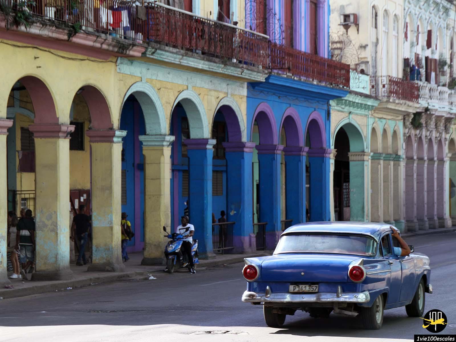 Les typiques arcades colorées de la vieille havane à Cuba